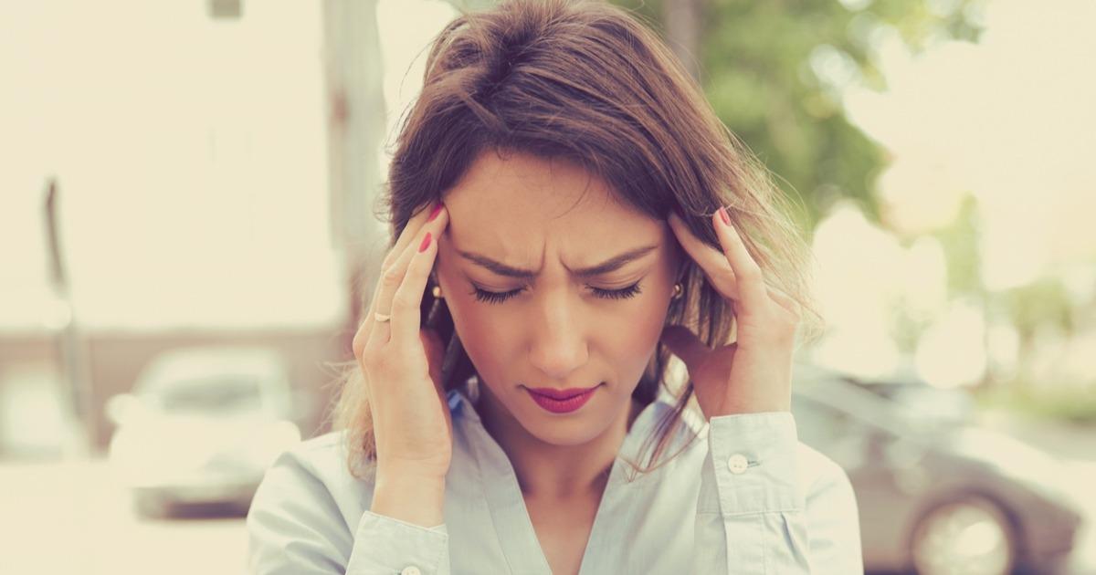 Кондиціонер, копчена їжа і тісний бюстгальтер: лікарі назвали неочевидні причини головного болю