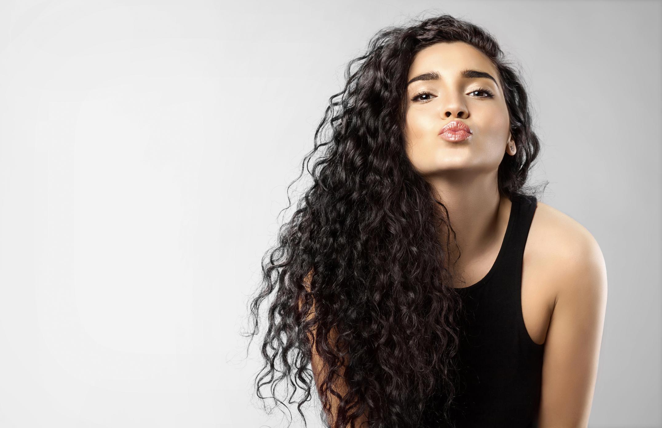 Як стильно укласти кучеряве волосся: 18 лайфхаков