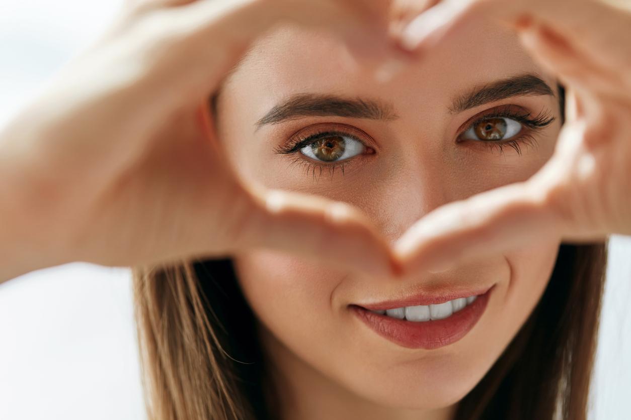 Як доглядати за шкірою навколо очей: схвалені дерматологами кошти
