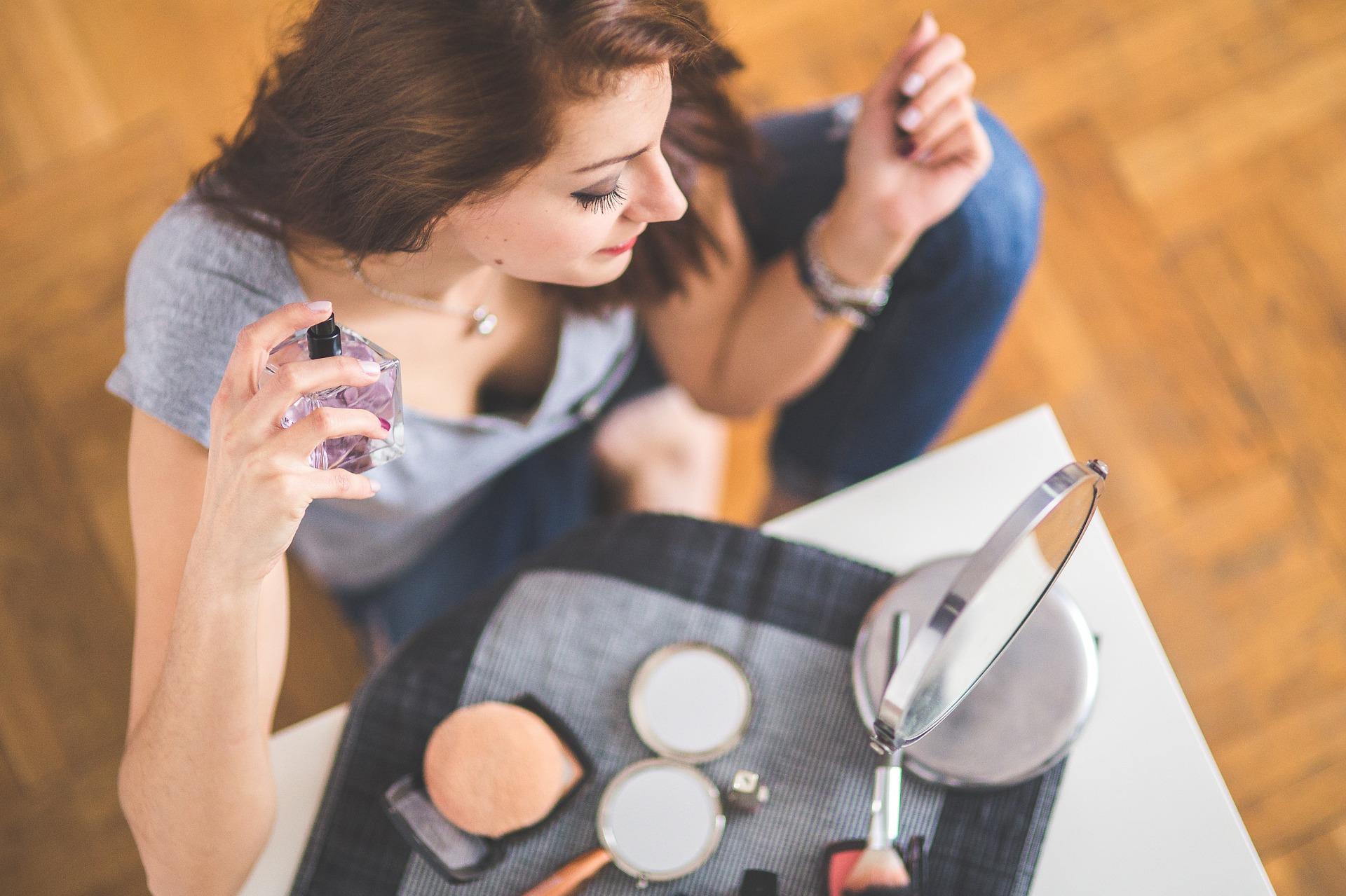 Аромати для дівчат: огляд 10 найпопулярніших парфумів