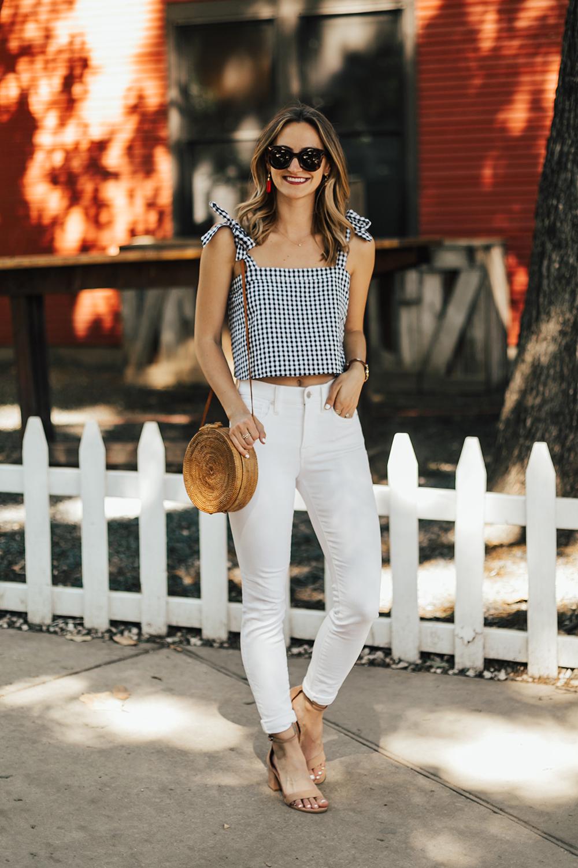 7 способів виглядати стильно і небанально в білих джинсах