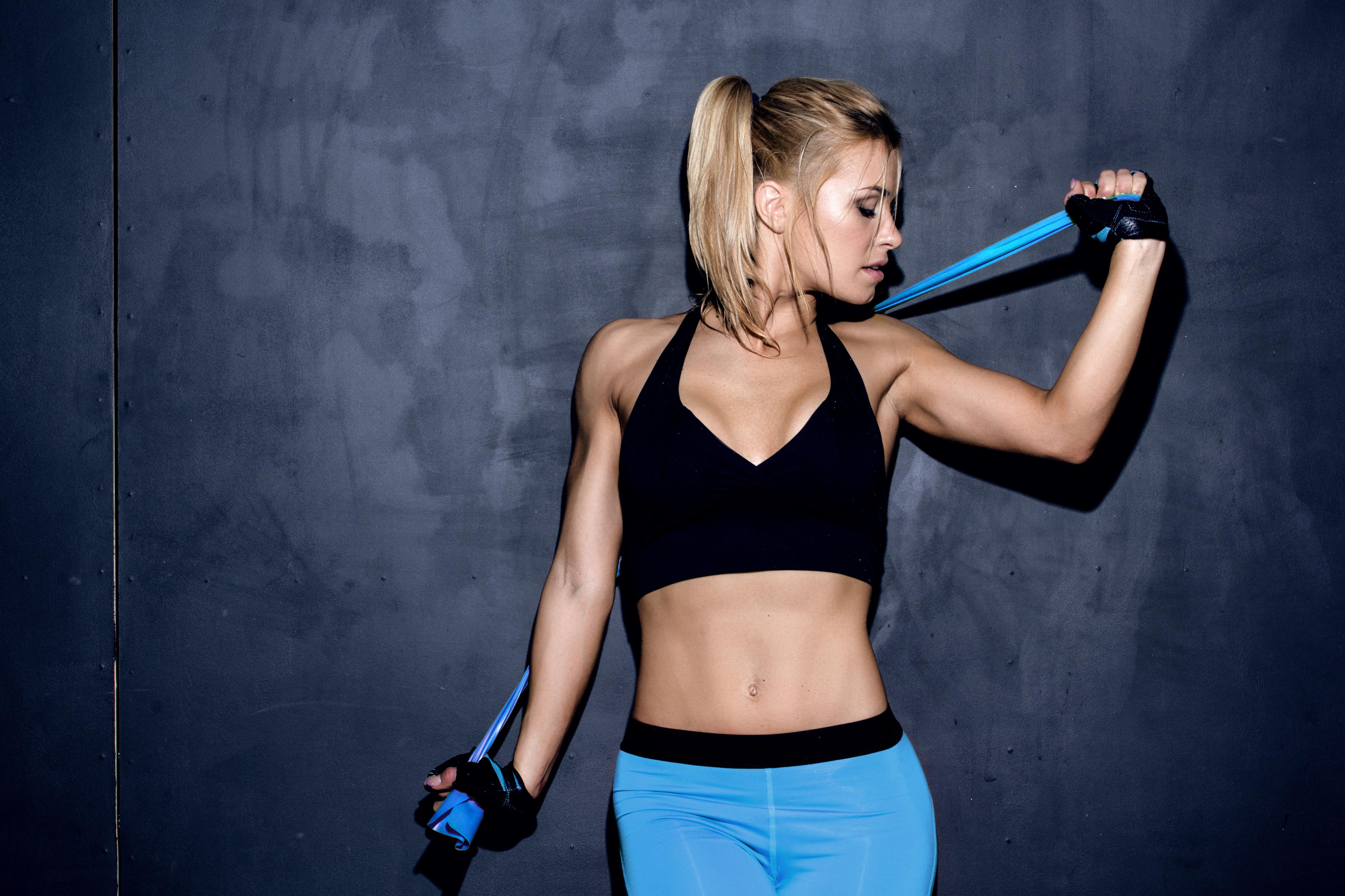 Як прокачати верхню частину тіла за допомогою гантелей