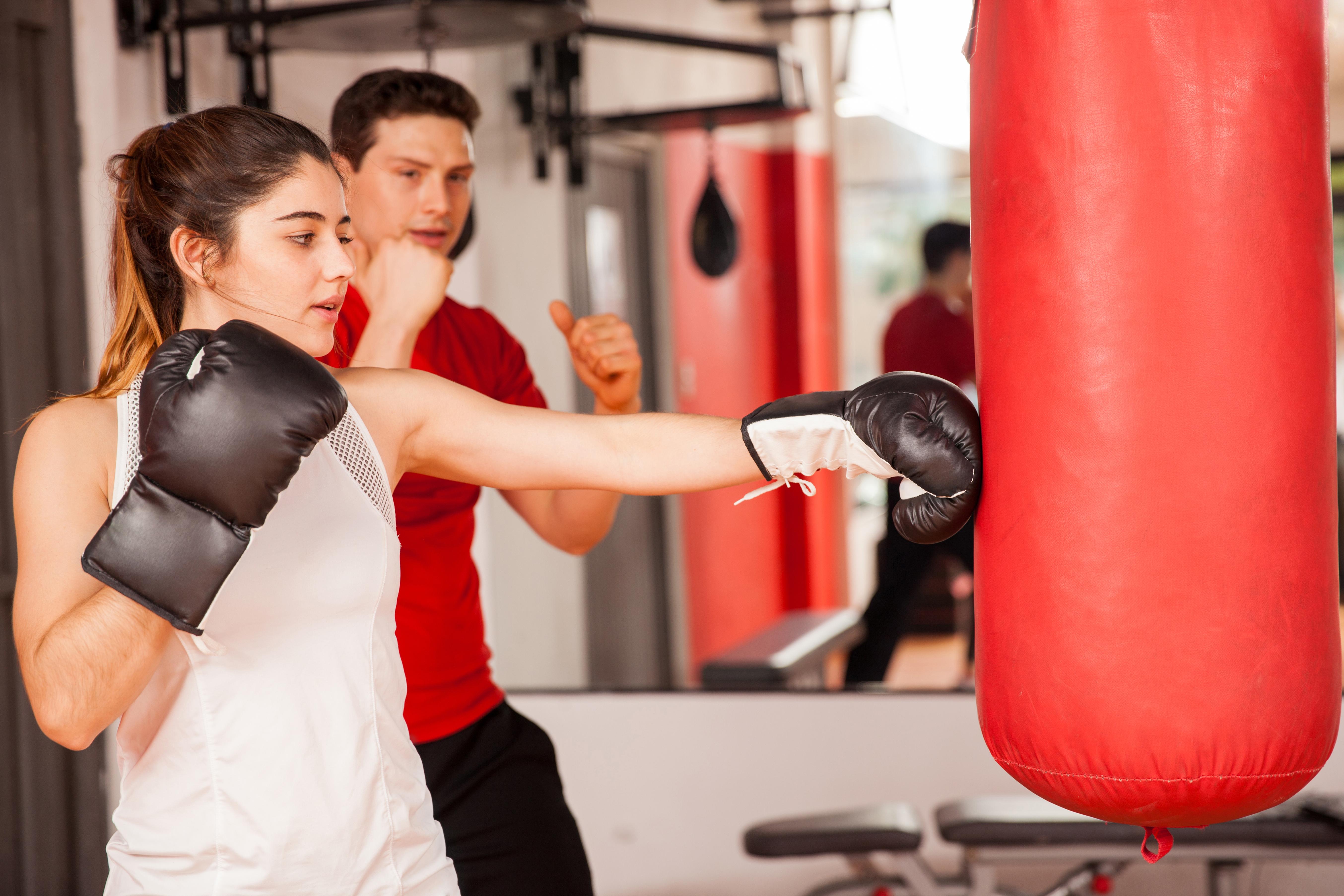 Види і особливості ударів в особливому спорті: поради для дівчат, які займаються боксом