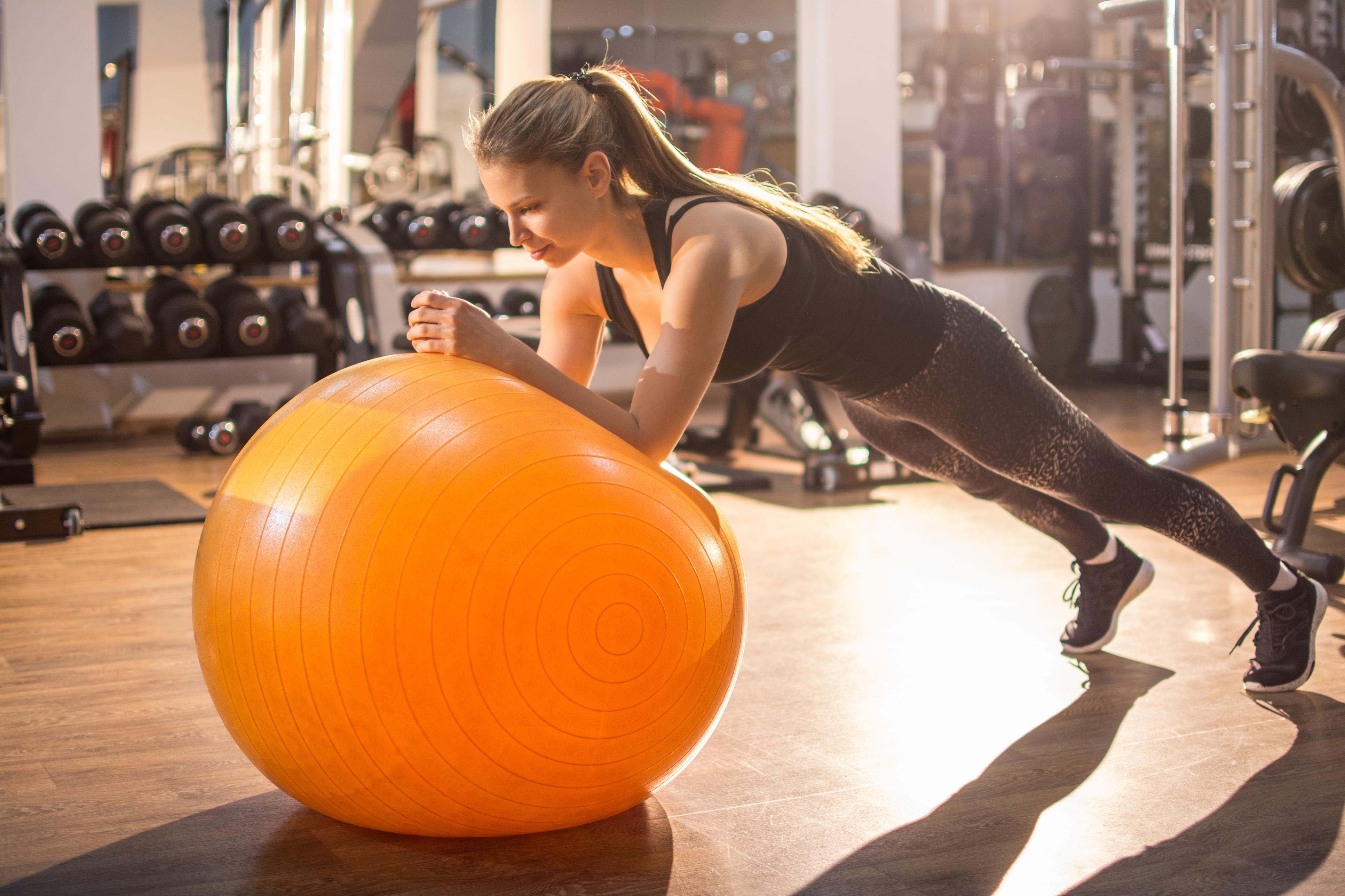 Експерти поділилися, як з допомогою фітболу і нескладних вправ отримати бажану фігуру