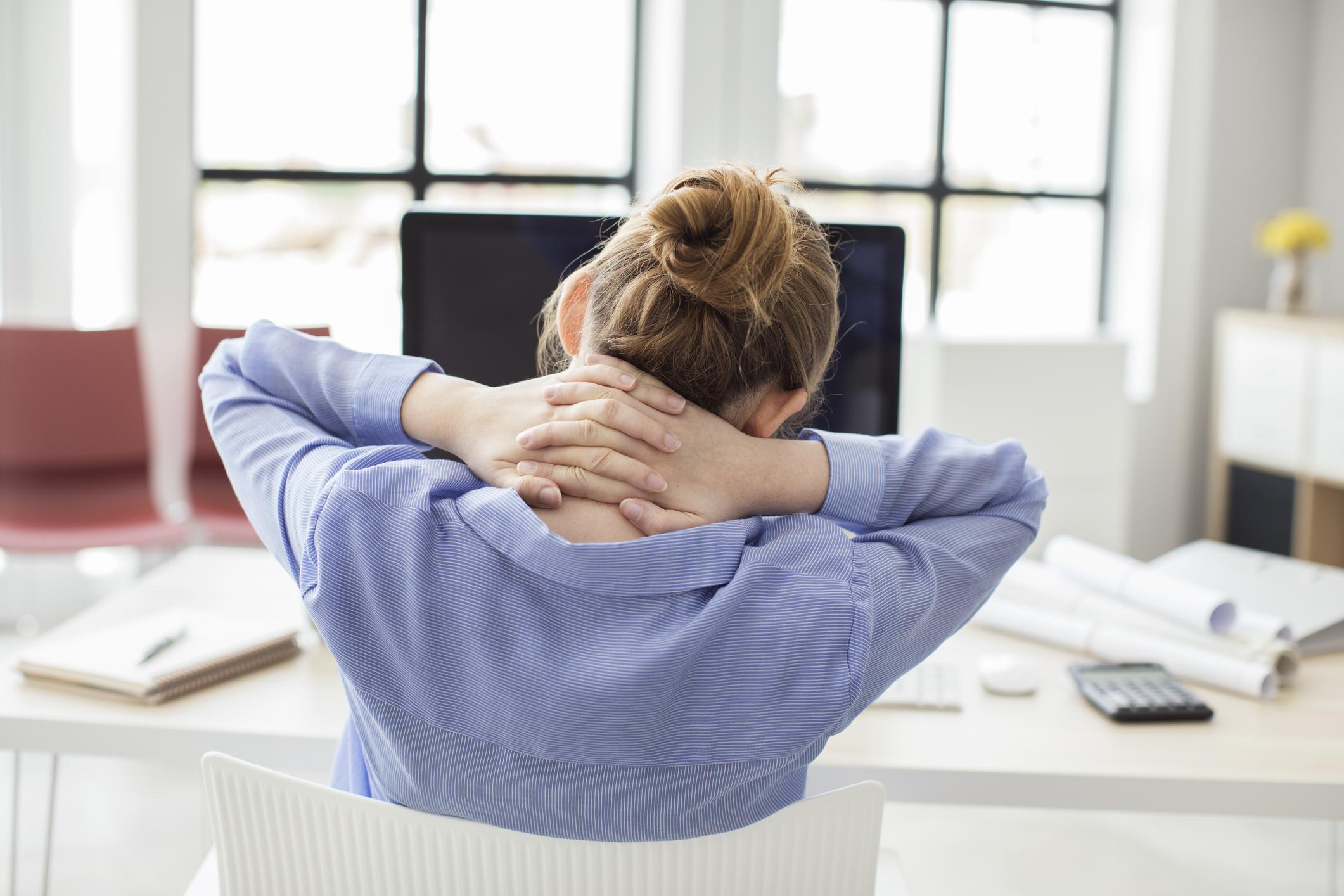 Легка робоча тренування для розслаблення м'язів шиї і плечей