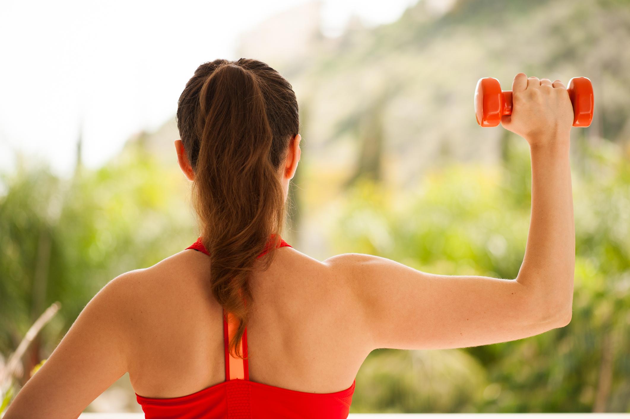 Як за допомогою простих вправ з гантелями прокачати кожен м'яз тіла