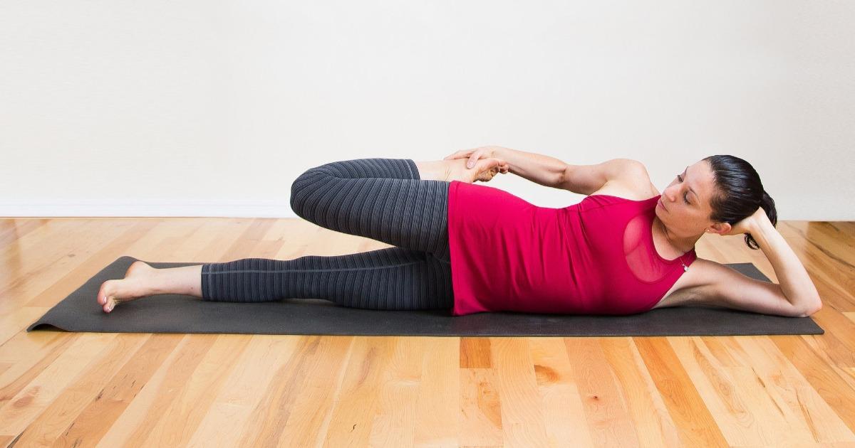 9 розслаблюючих розтяжок, які можна робити в ліжку
