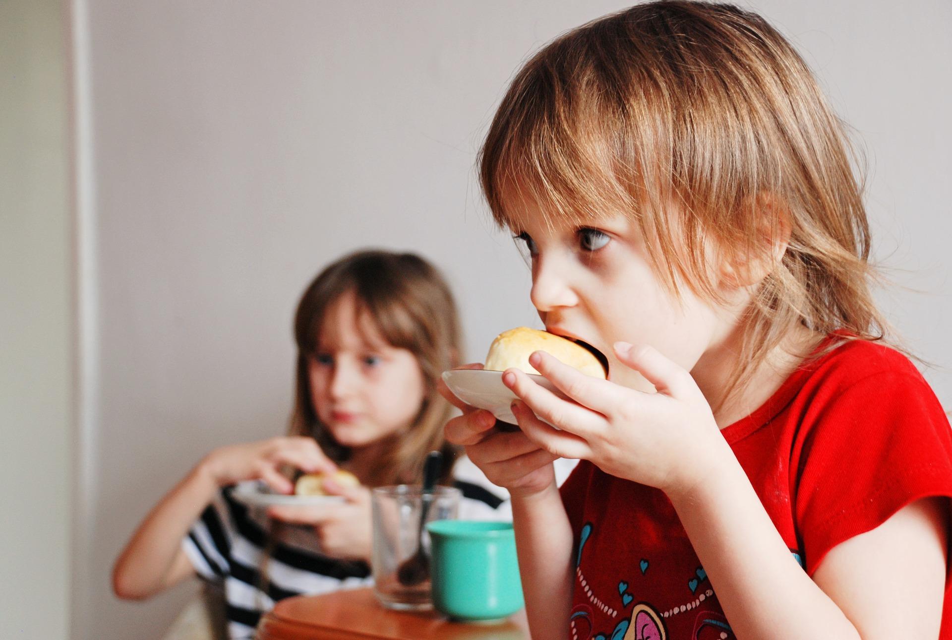 Дитина голодна або йому просто нудно: як зрозуміти постійну тягу малюка до їжі