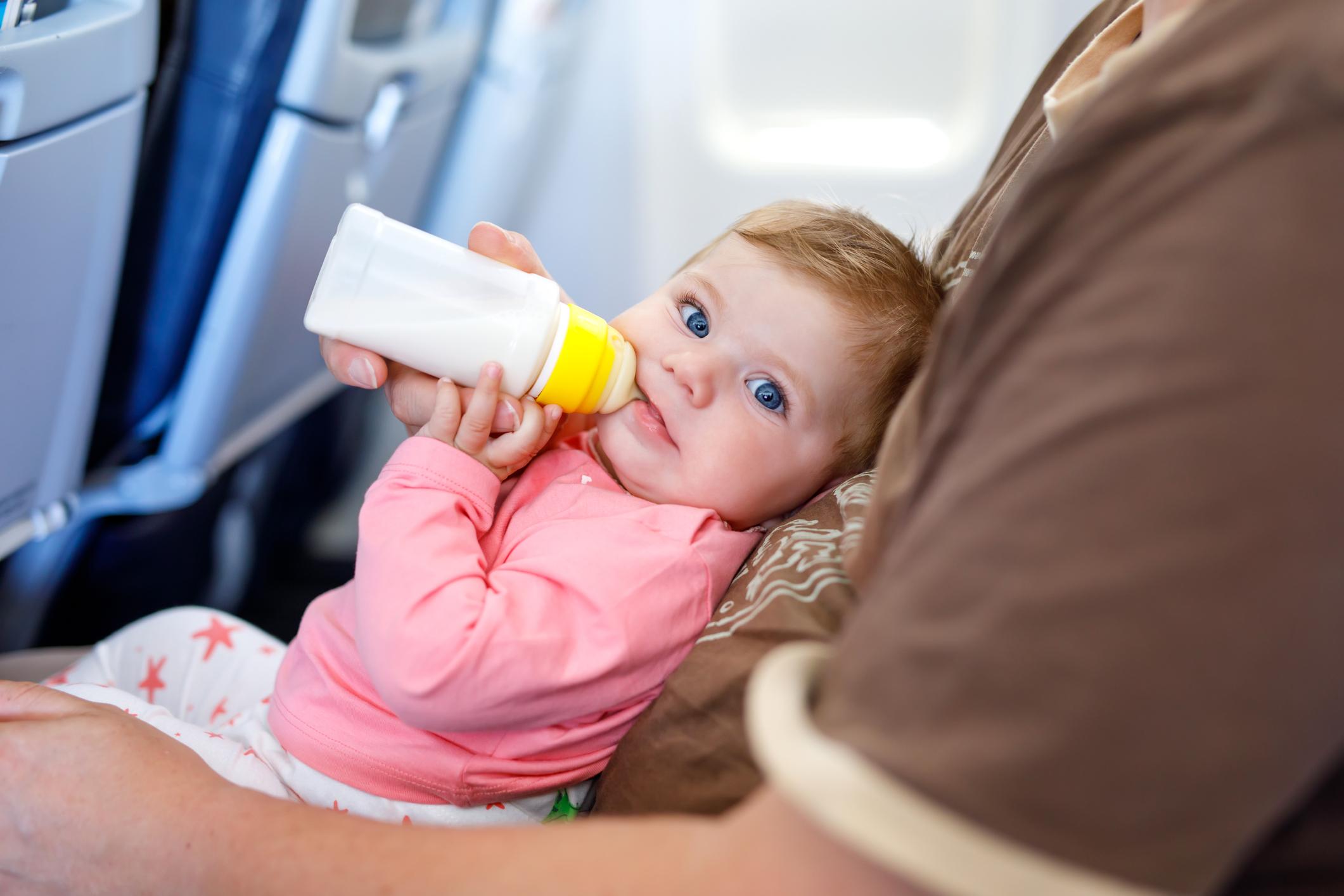 Можна брати дитяче харчування та молоко в літак: відповіді на популярні питання