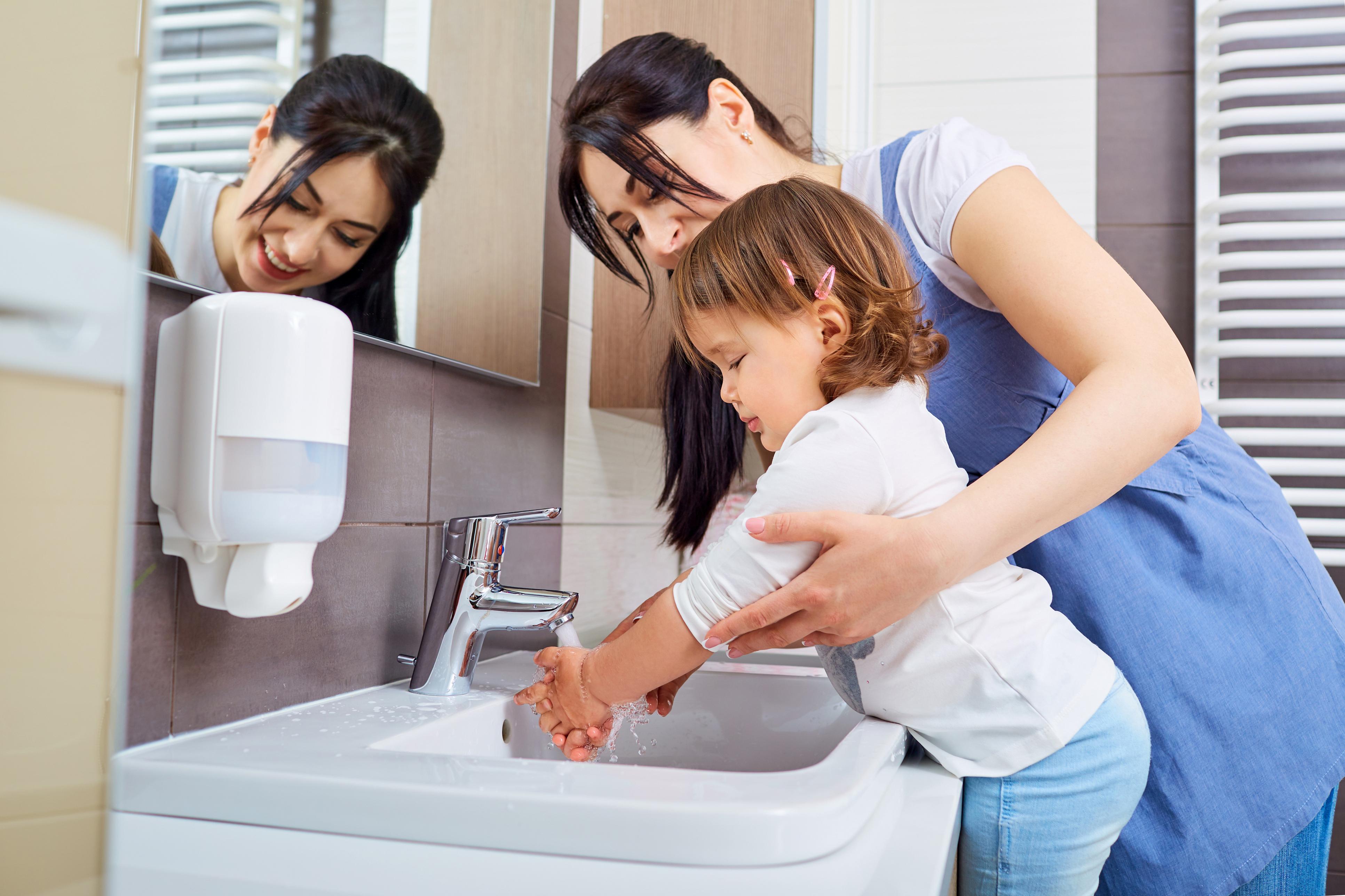 Що краще для дітей: антисептик або вода з милом