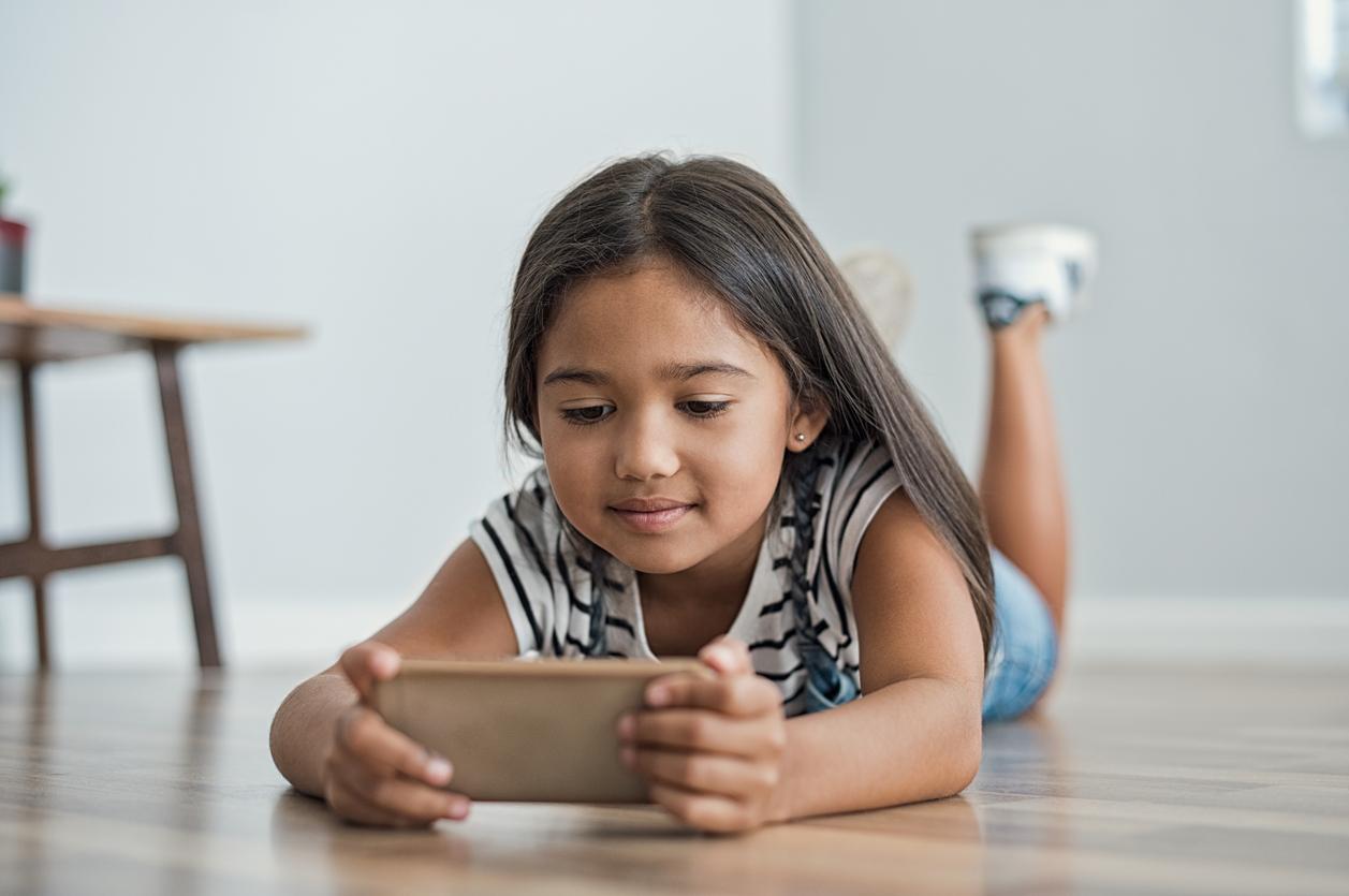 Як контролювати дитину, коли він користується смартфоном