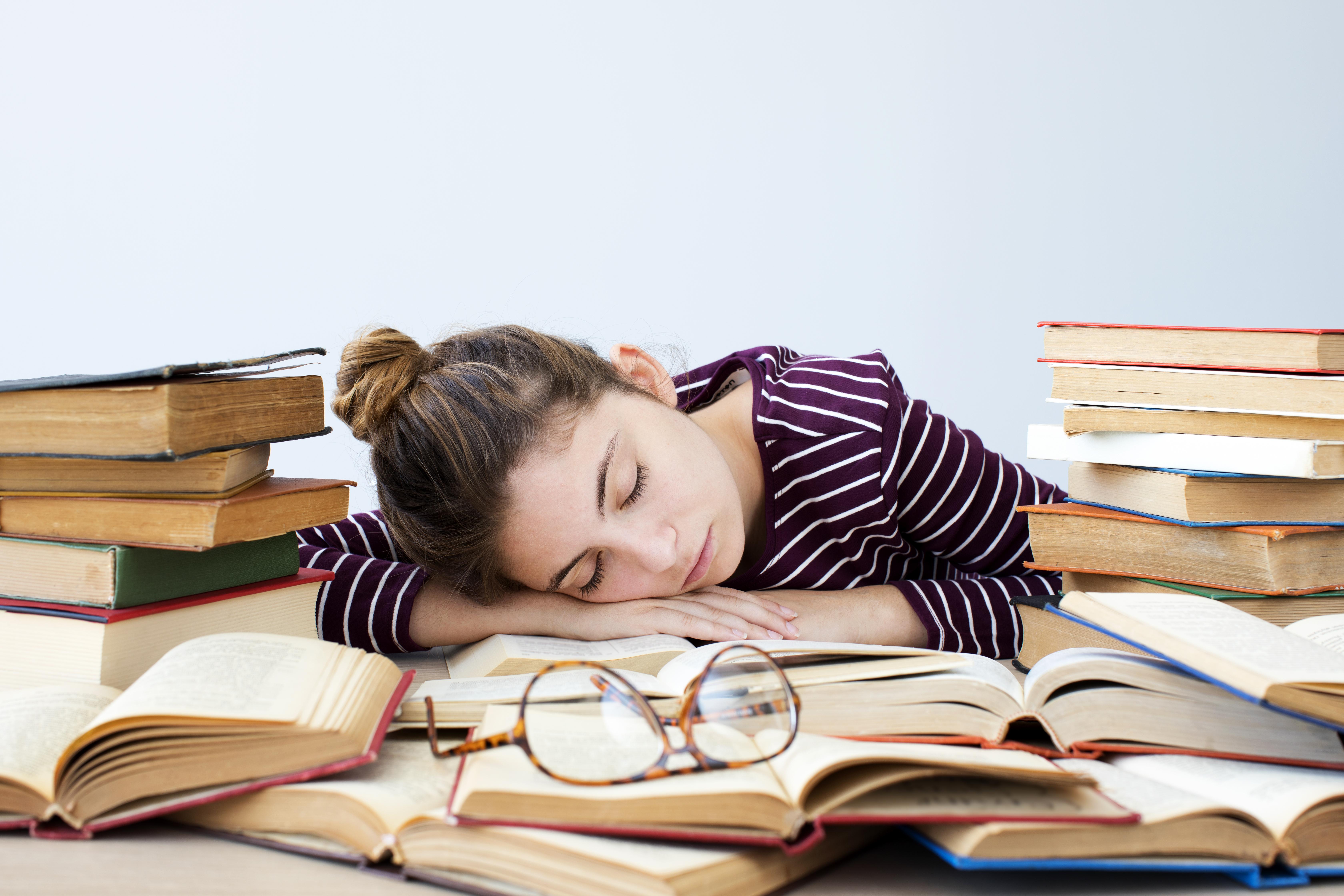 Скільки потрібно спати підлітку: дослідники визначили зв'язок між кількістю відпочинку і курінням у дітей