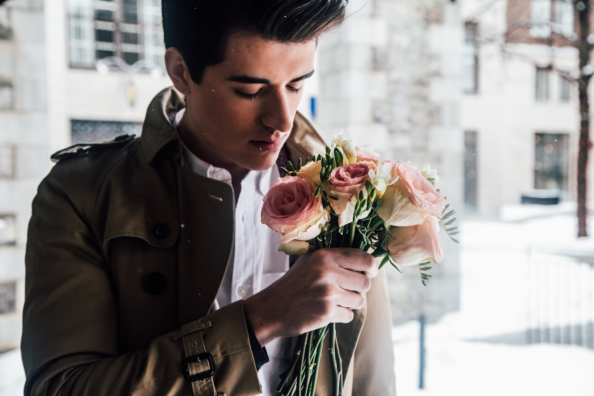 Нормально дарувати квіти чоловікам і в яких випадках варто це робити