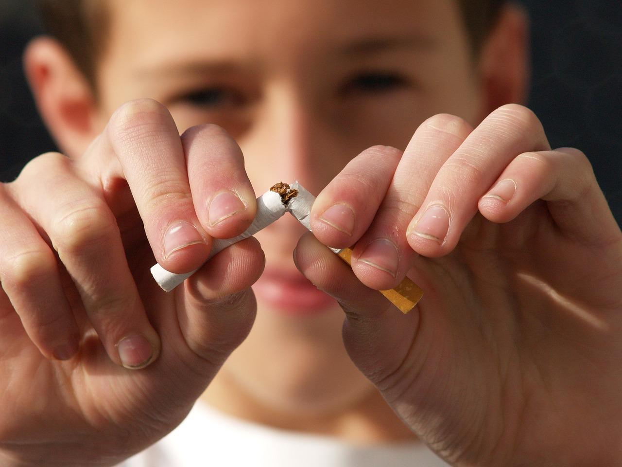 В якому віці діти починають палити цигарки