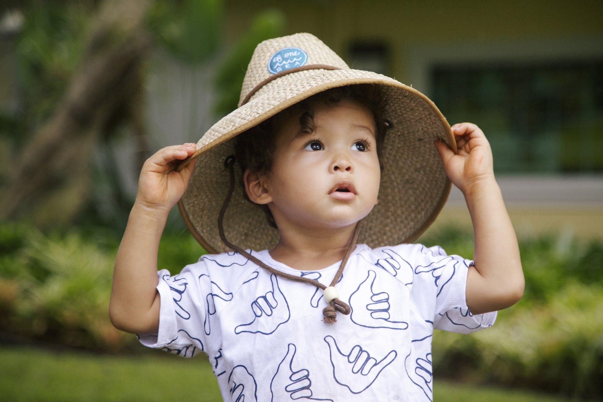 3 способи переконати дитину носити капелюх