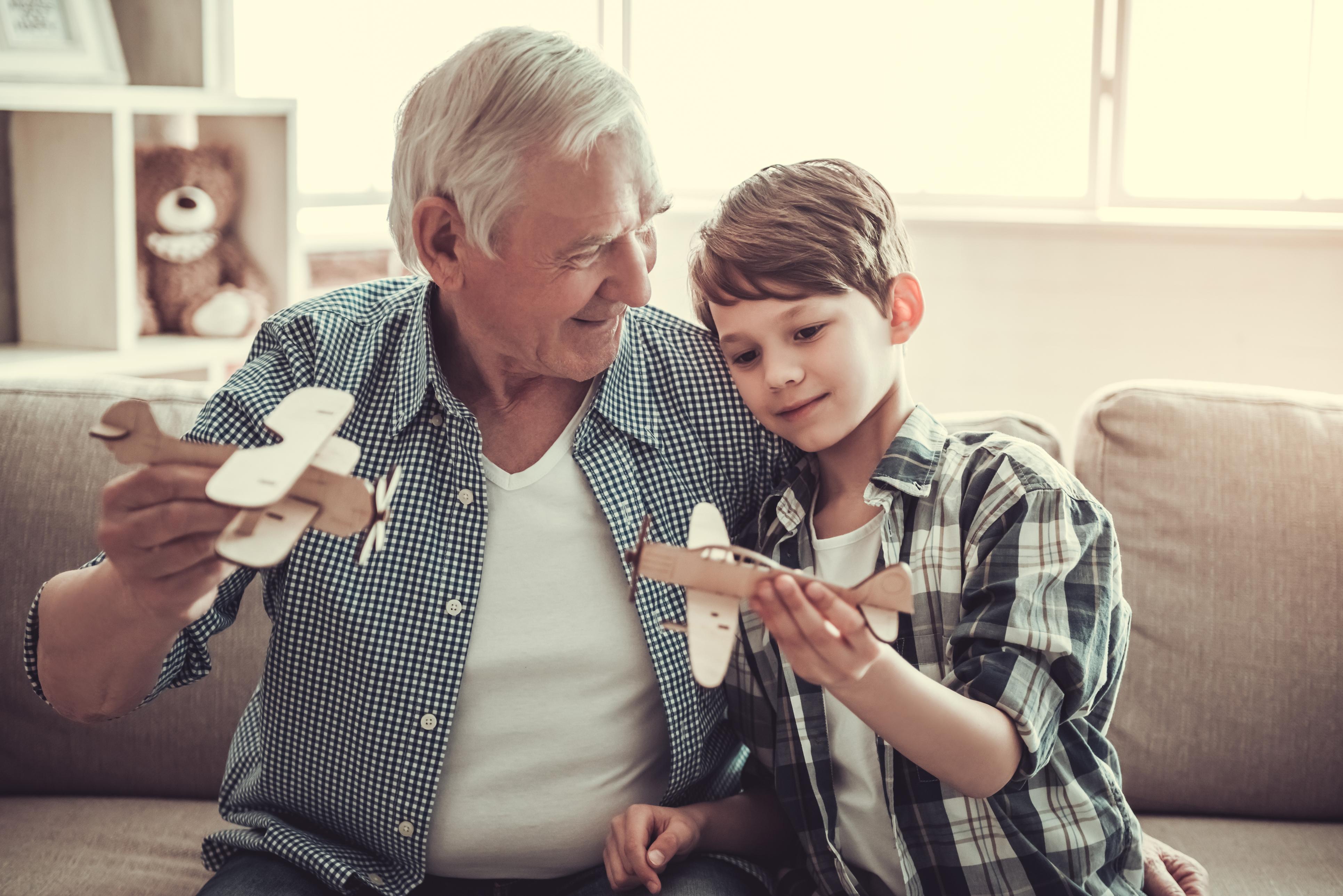 Чому старше покоління може навчити ваших дітей